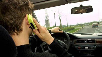conducteur avec téléphone au volant